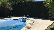 Giraud Maçonnerie - Réalisation d'un dallage en pierres naturelles autour d'une piscine à Chazay d'Azergues