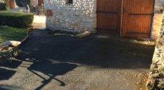 Giraud Maçonnerie - Réfection d'une cour en pavés à Lachassagne (avant travaux)